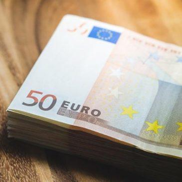 Евро остается немного выше годового минимума